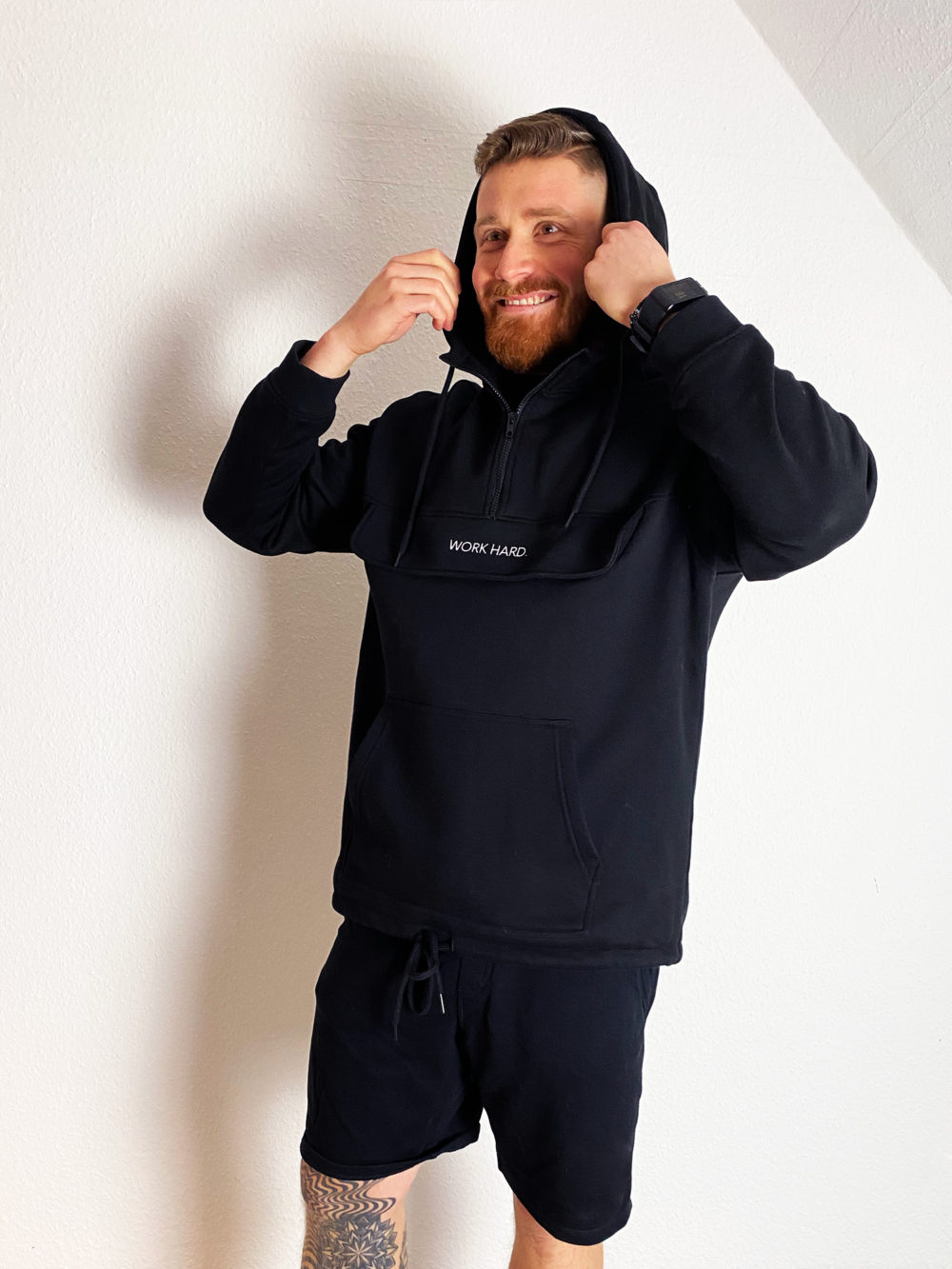 Moderner Zipper Hoodie Männer mit feinem Stick Statement